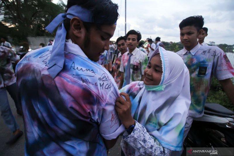 Hari kelulusan, siswa SMA Pariaman kumpulkan seragam sekolah untuk disumbangkan