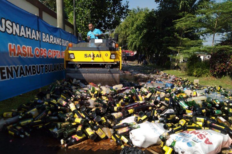 Ribuan botol minuman keras dimusnahkan Polres Karawang