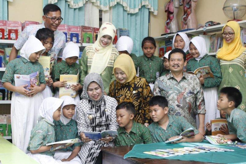 Bupati Serang, Ratu Tatu Chasanah serahkan beasiswa