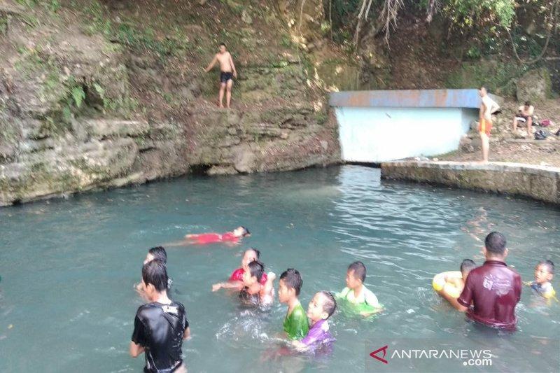 "Ratusan warga Kulon Progo memadati Pemandian Clereng untuk ""padusan"" (VIDEO)"