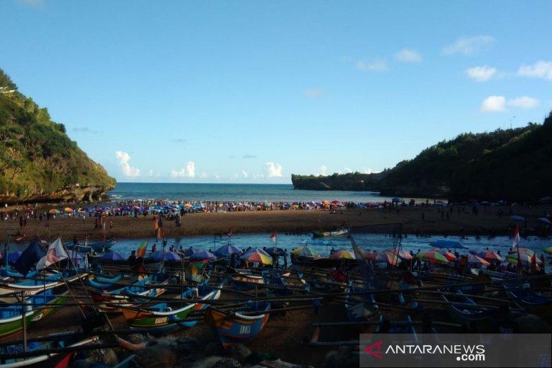 """Ribuan wisatawan memadati pantai Gunung Kidul untuk """"padusan"""""""