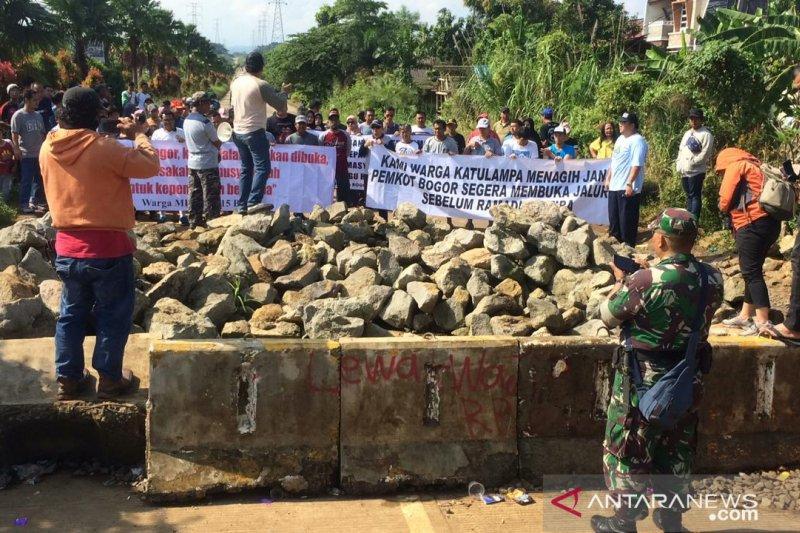 Jalan raya ditutup  selama 5 bulan, warga berharap pemilik lahan iba