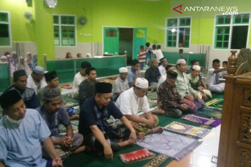 Warga Muslim Kendari antusias shalat tarawih pertama