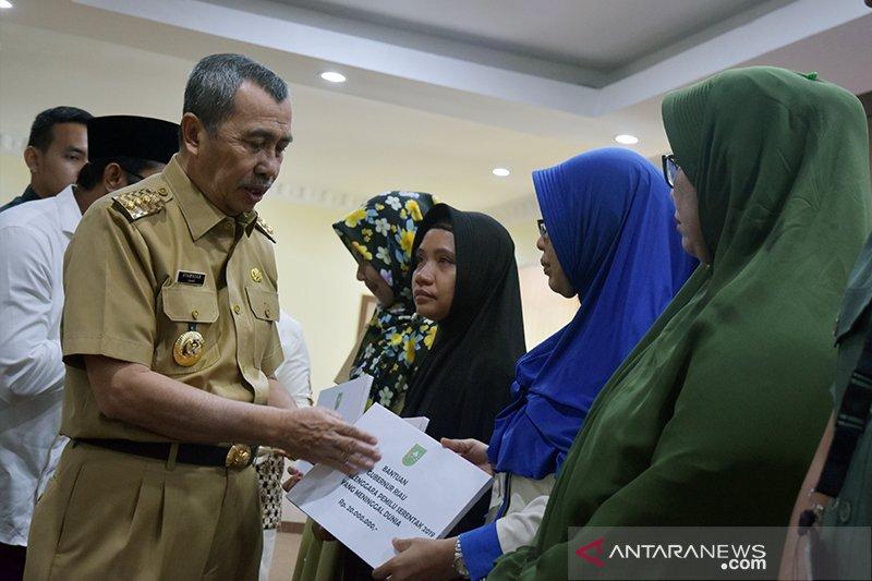 Gubernur Riau menangis saat santuni Pahlawan Pemilu yang meninggal