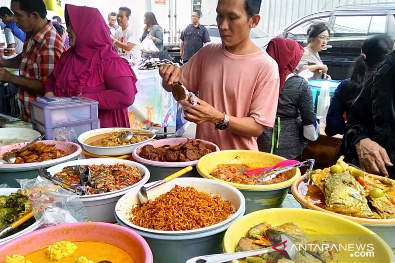 Gulai rebung, gulai telur ikan dan cumi asin sambal ijo masakan paling laris di Pasar Benhil