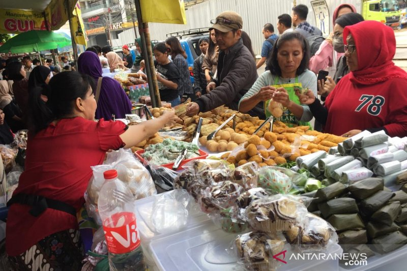Kesadaran mengurangi plastik mulai tampak di pasar takjil Benhil