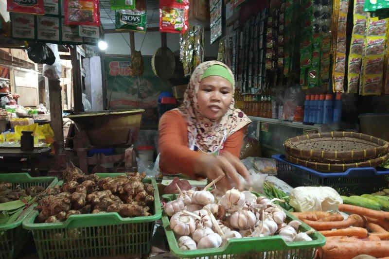 """Harga bawang putih di Indramayu """"terjun bebas"""""""