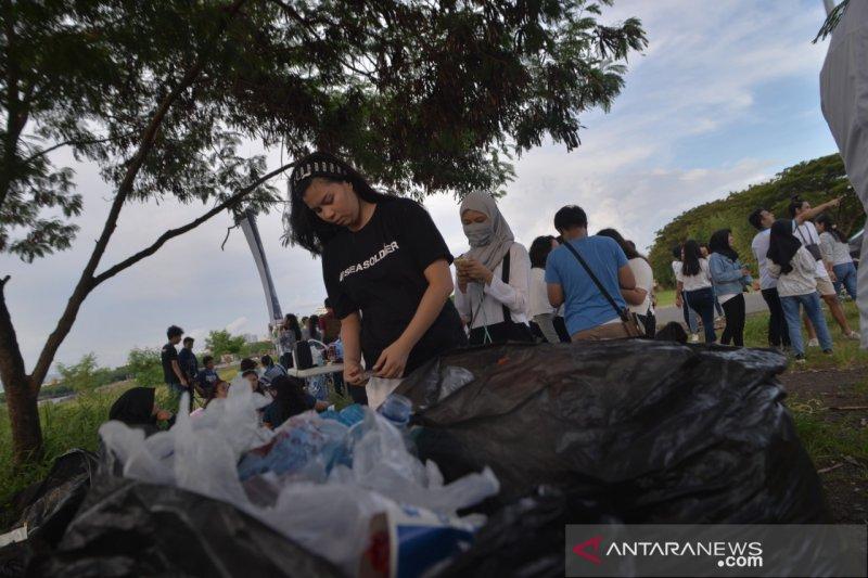 Konsul Amerika Serikat gelar  acara bersih Pantai Manado Foto Page 1