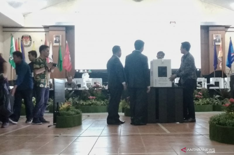 KPU Jabar masih menunggu hasil dari Kabupaten Bekasi
