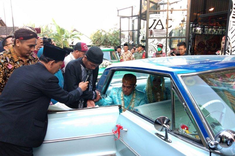 Lima pasang pengantin nikah bareng di mobil antik