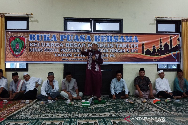 Mejelis taklim Dinsos Kalteng bagikan sembako kepada kaum duafa