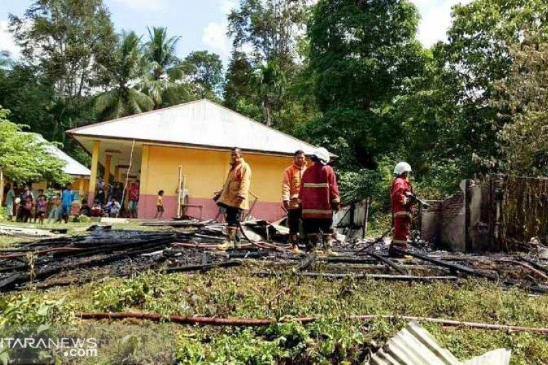 Salah satu bangunan di SD VII Koto Sungai Sarik ludes dilalap api