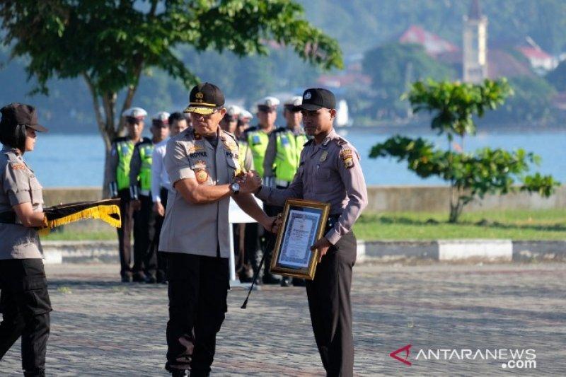 Kapolda Maluku beri penghargaan kepada polisi penyelamat petugas PLN