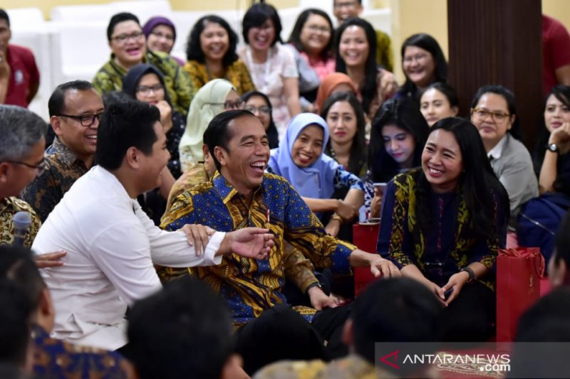 President Jokowi listens to stories of palace journalists