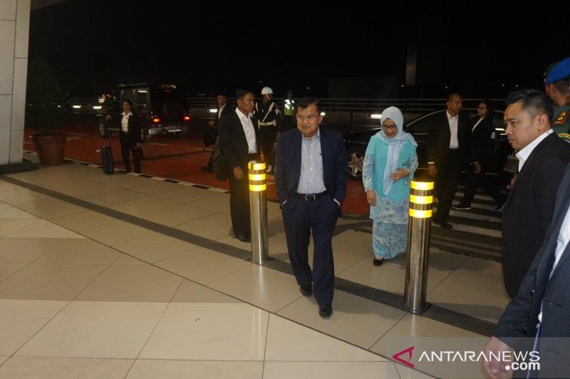 JK transit di Qatar saat menuju Jenewa