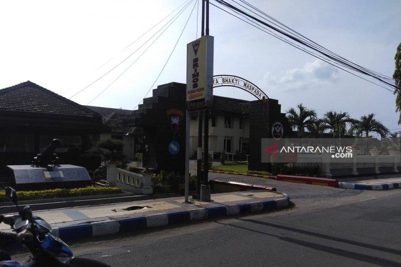 Densus 88 menangkap seorang pria di Caruban Kabupaten Madiun