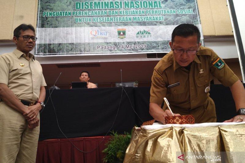 Kementerian Lingkungan Hidup dan Kehutanan serahkan SK hutan adat di Sumbar
