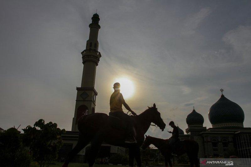 Menikmati Ngabuburit sambil berkuda di kompleks Masjid Raya An-Nur Pekanbaru