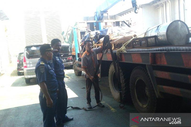 Petugas Syahbandar Pelabuhan Gilimanuk periksa kapal jelang arus mudik
