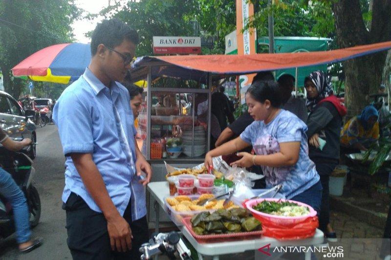 Pasar Santa jelang berbuka dipadati pemburu makanan untuk takjil