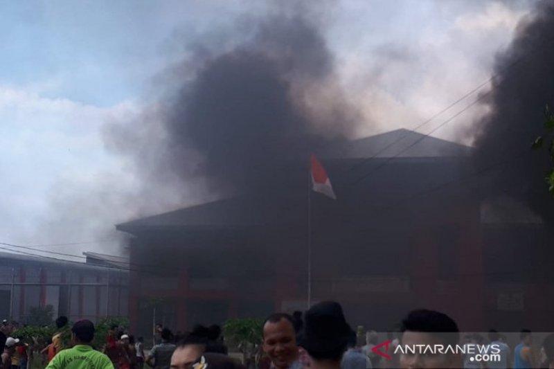 Napi narkoba di Hinai bakar fasilitas Lapas