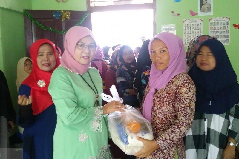 SMP 20 Padang bagikan paket bahan pokok pada orang tua siswa kurang mampu