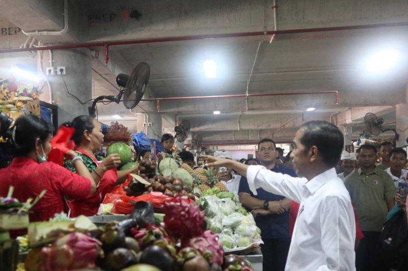 Presiden Jokowi belanja buah untuk berbuka di Pasar Badung