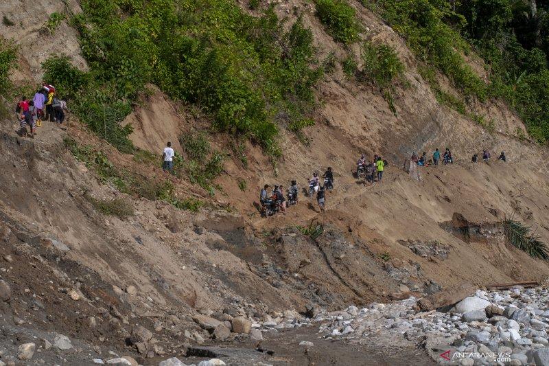 Jalur darat menuju Kulawi Raya masih putus setelah banjir