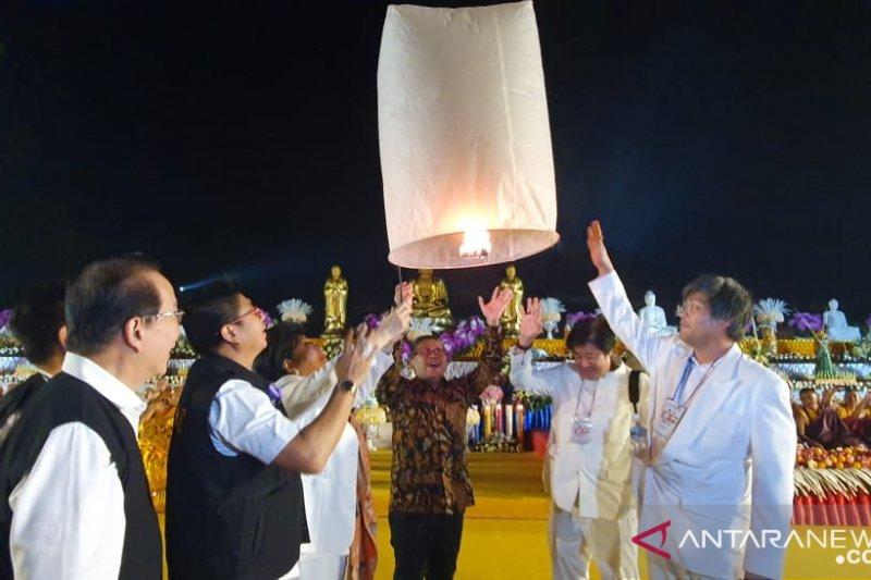 Pelepasan ribuan lampion Waisak buat perdamaian Indonesia