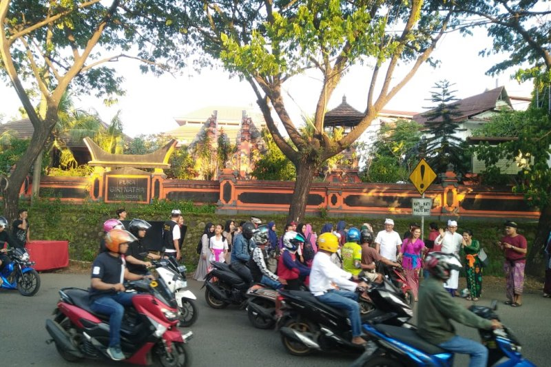 Umat Hindu  di Makassar bagi-bagi takjil