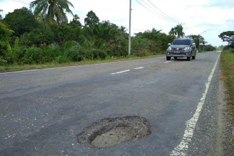 Jalur mudik  jalan lintas tengah Sumatera diwarnai aspal terkelupas
