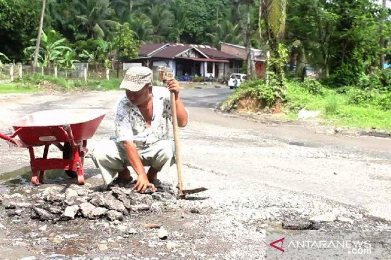 Warga berswadaya tambal jalur mudik berlubang di Sumut