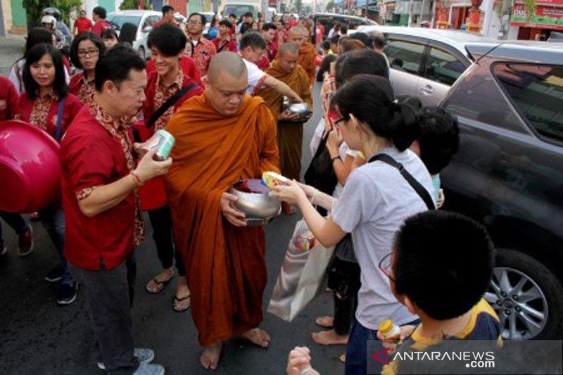 Prosesi pindapata Waisak di Makassar