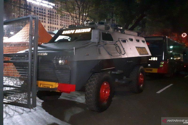 Polisi menyiagakan  kendaraan perintis di depan Kantor KPU