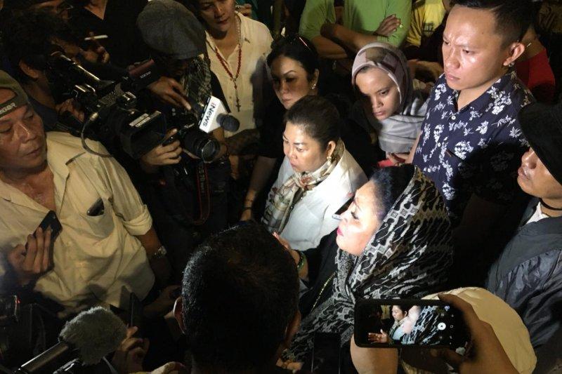Titiek Soeharto datangi aksi protes di depan Gedung Bawaslu RI