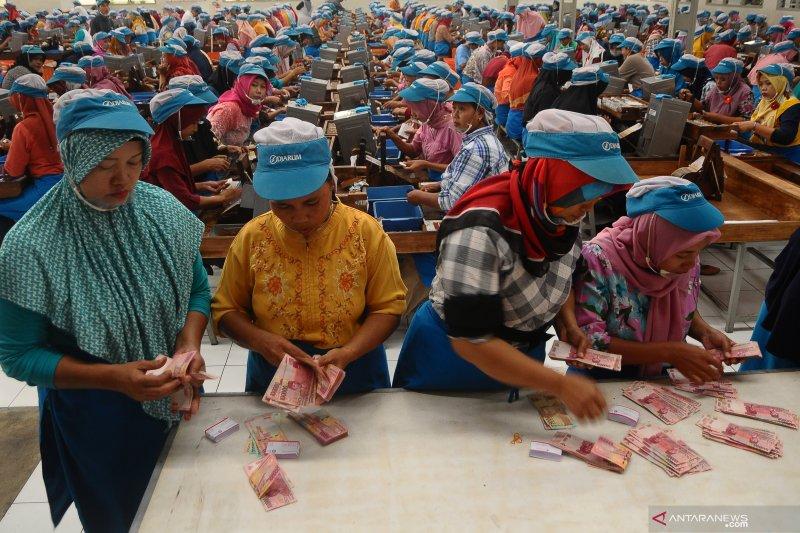 Pekerja pabrik rokok di Kudus terima THR