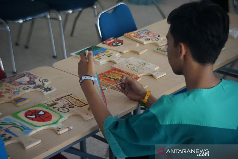 Pasien RSJD Surakarta melukis bersama di Hari Skizofrenia