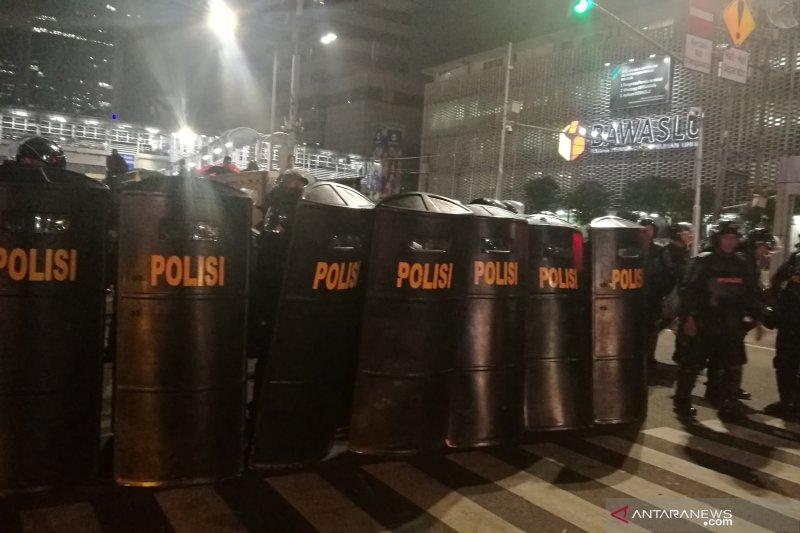Polisi bermotor  bubarkan pengunjuk rasa