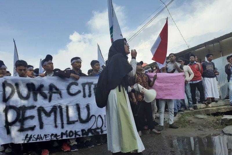Puluhan mahasiswa di Padang tuntut kejelasan meninggalnya KPPS