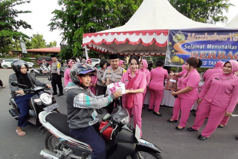 Takjil untuk pengguna jalan raya dibagikan polisi Tanjungpinang