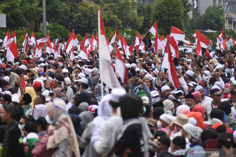 Di halaman belakang Sarinah polisi dan massa aksi buka bersama