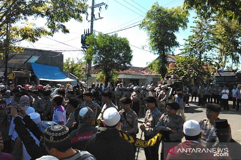 Massa bersenjata bambu runcing mendatangi Mapolres Pamekasan, Madura