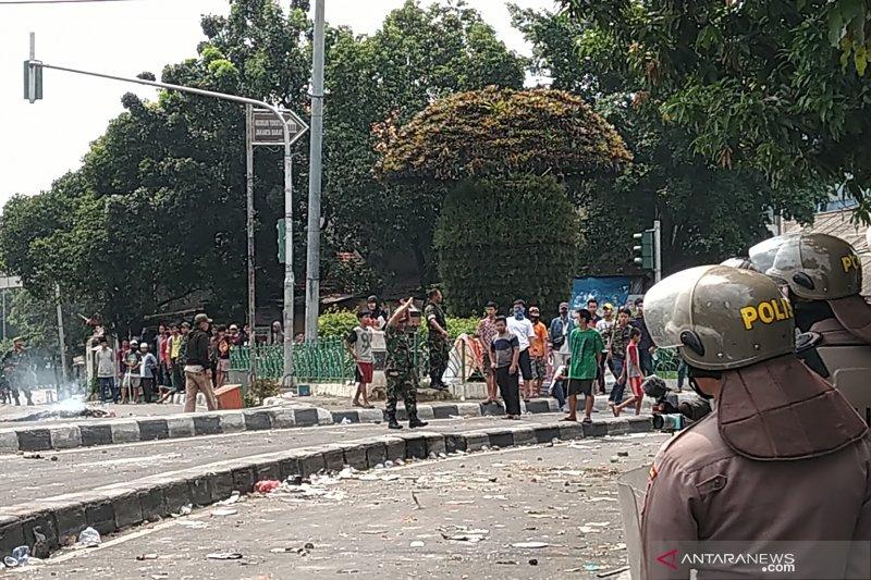 Massa di Petamburan provokasi polisi lalu kabur ke masjid