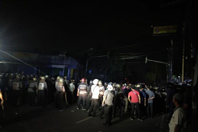 Polisi semprotkan gas air mata bubarkan massa di KS Tubun Petamburan