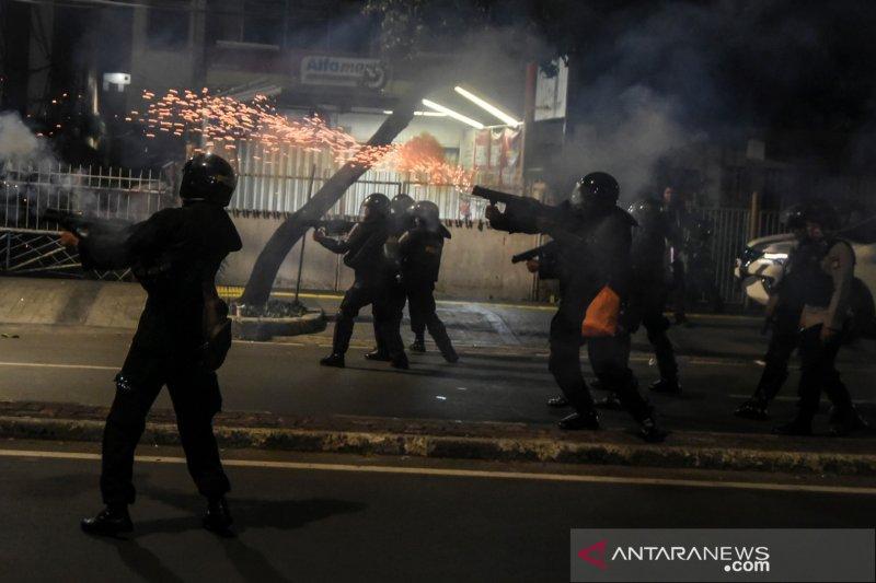 Polisi bubarkan massa di Jalan Wahid Hasyim