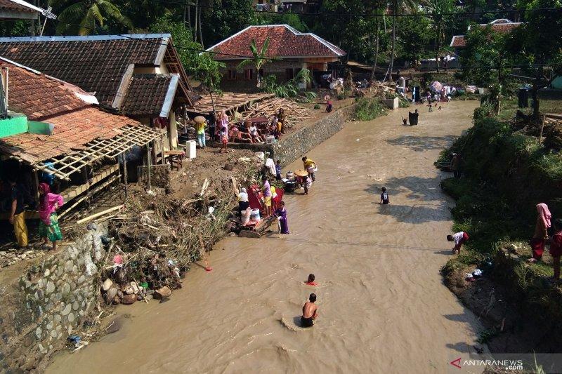 Puluhan rumah rusak akibat banjir luapan sungai Cibeurih