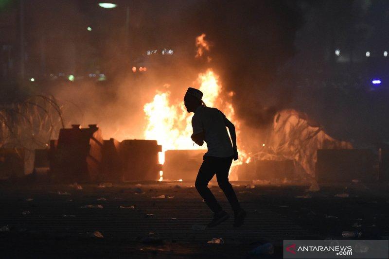 Bentrok polisi dan massa di jalan MH Thamrin