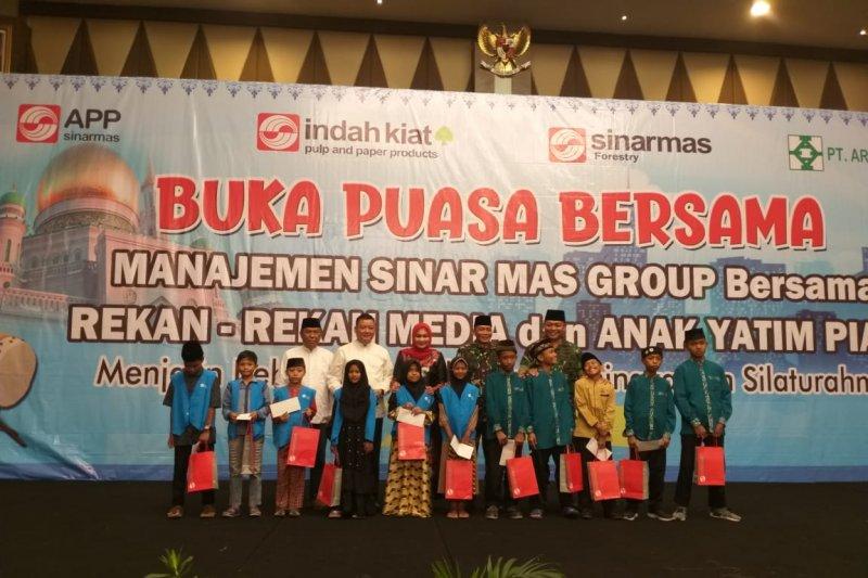 Sinar Mas Grup berbagi kebahagiaan dengan 100 anak yatim dan media