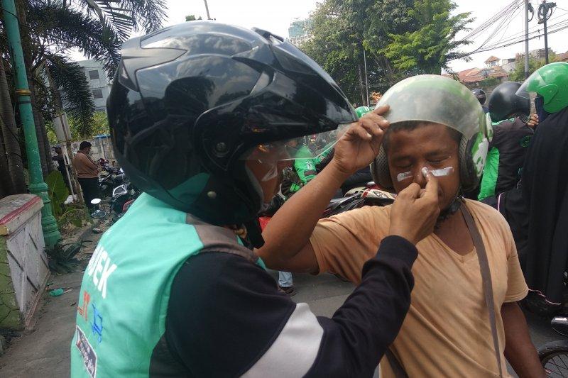 Sisa gas air mata ganggu pengguna Jalan Kemanggisan