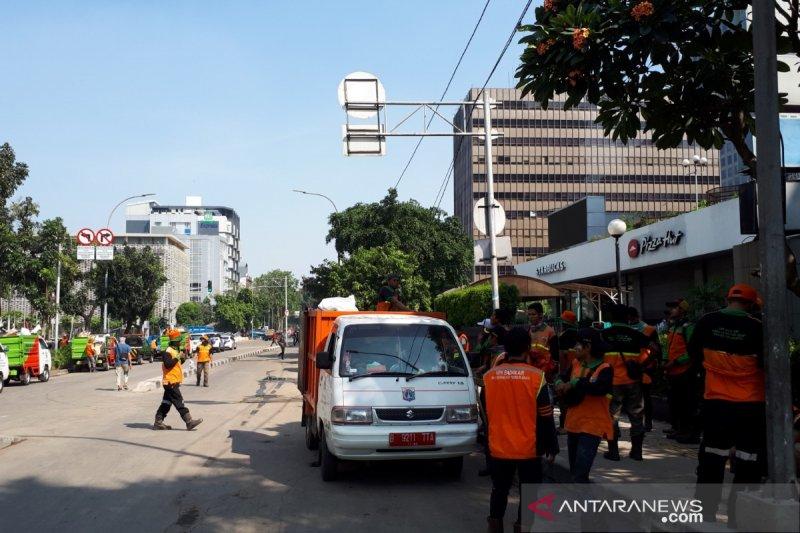Petugas bersihkan jalan sekitar Kantor Bawaslu RI